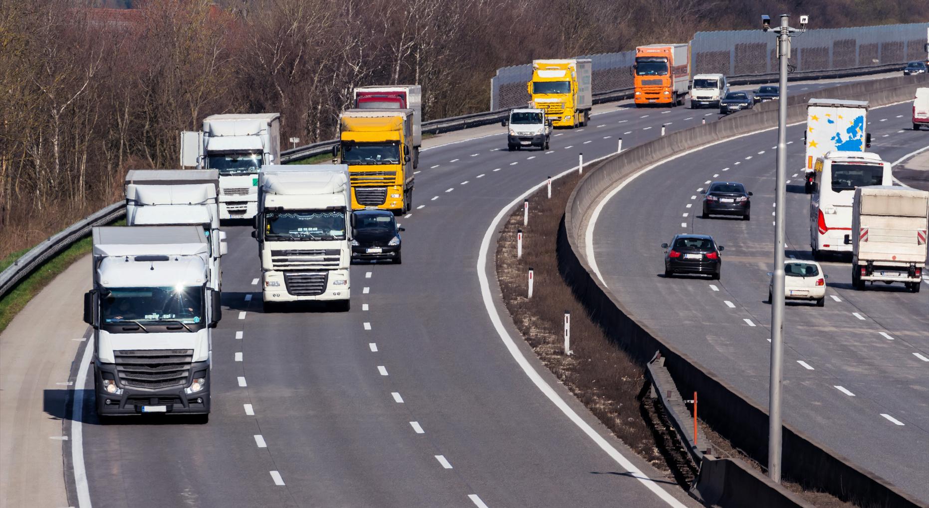 Sondaggio DKV sulla convivenza tra camionisti e automobilisti